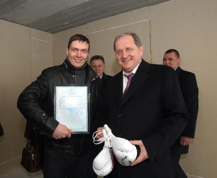 Могилев проигнорировал международный форум ради фотосессии с боксером.