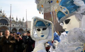 Традиционный Венецианский карнавал в этом году посвятили воде и огню