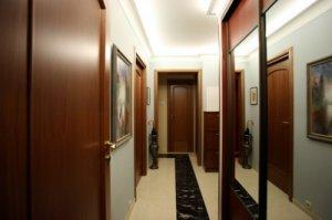 Недорогой, но грамотный ремонт коридора может существенно повысить цену на всю квартиру
