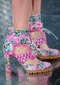 Неделя моды в Лондоне представила эпатажные коллекции обуви сезона весна-лето 2014