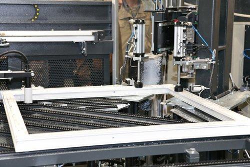 В Европе при производстве окон из ПВХ используют «умные системы» подачи стекла