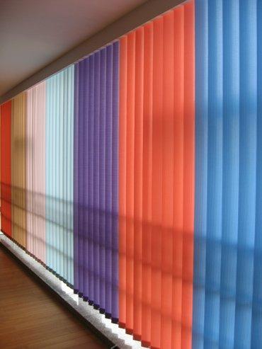 Жалюзи на пластиковые окна: достоинства и установка