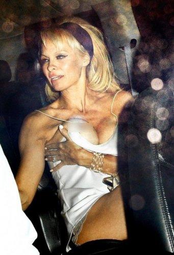 Курьезы шоу-биза: наряд Памелы Андерсон случайно открыл грудь актрисы