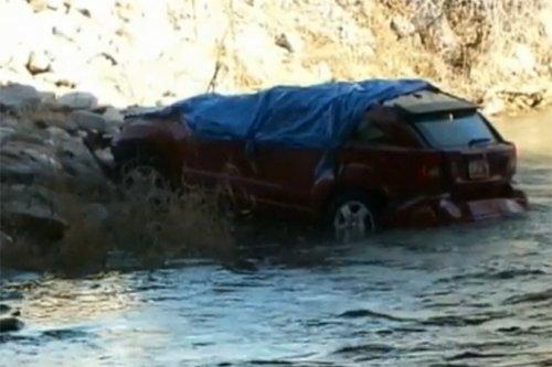 Полуторагодовалая девочка 14 часов провела в затопленной в реке машине