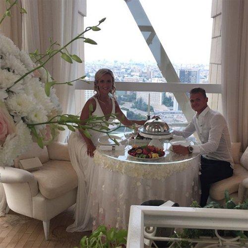 Дмитрий Тарасов и Ольга Бузова шикарно отметили третью годовщину свадьбы