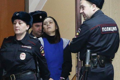 Няня-убийца улыбается и машет журналистам рукой