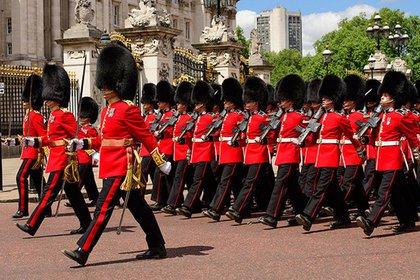 Английскую королеву чуть не пристрелил собственный охранник