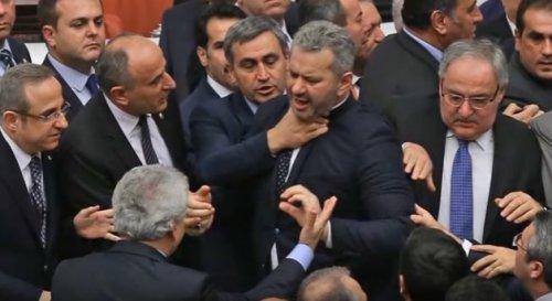 Изменения в турецкую конституцию принимаются  через драки депутатов
