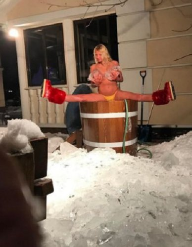 Волочкова встретила день рождения голышом в ледяной купели