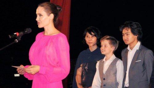 Анджелина Джоли кормит детей пауками