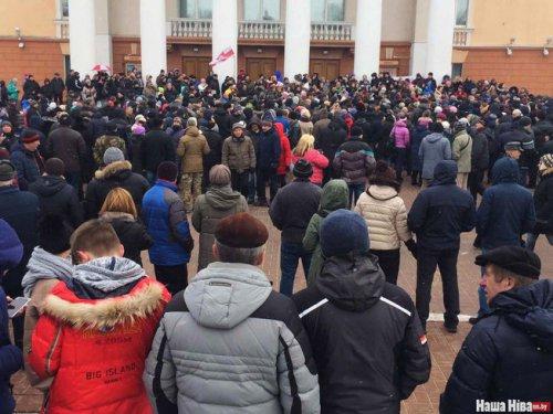 Беларусь - «за час до Майдана»: граждане протестуют, Лукашенко «отсиживается» в Сочи