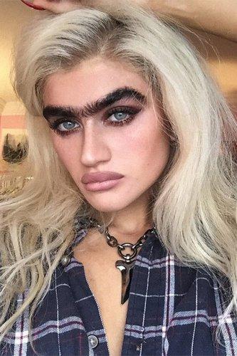 Звезда Instagram с монобровью призывает девушек гордится своими особенностями