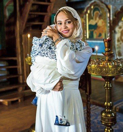 Брошенная Калашникова скромно крестила годовалого сына