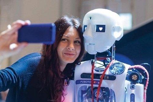 В Москве поздравлять женщин с 8 марта будут роботы