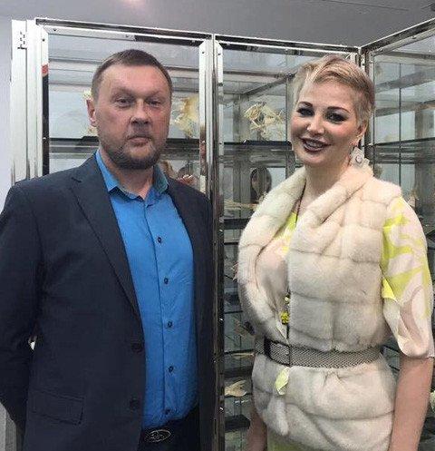 Мария Максакова появилась на выставке с мужчиной