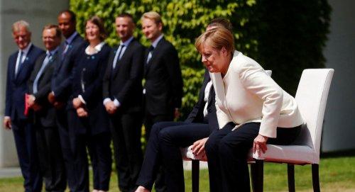 Во время исполнения гимна Германии Меркель осталась сидеть