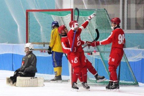Российский клуб (хоккей с мячом)  выиграл мини-серию у сборной Швеции, разгромив её в двух матчах из трёх